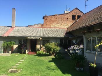 pohled na dům ze dvora - Prodej domu v osobním vlastnictví 900 m², Benátky nad Jizerou