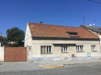 pohled na dům ze silnice (Prodej domu v osobním vlastnictví 900 m², Benátky nad Jizerou)