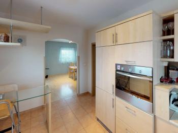 pohled z kuchyně do obývacího pokoje - Prodej domu v osobním vlastnictví 120 m², Benátky nad Jizerou