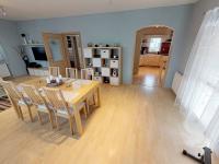 obývací pokoj se vstupem do kuchyně a chodby - Prodej domu v osobním vlastnictví 120 m², Benátky nad Jizerou