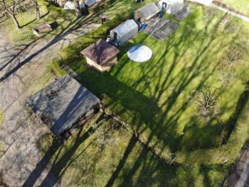 Posezení na pozemku není součástí prodeje - Prodej pozemku 596 m², Bělá pod Bezdězem