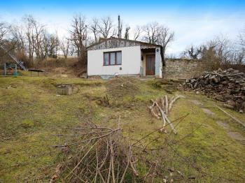 pohled na chatu od příjezdové cesty - Prodej chaty / chalupy 51 m², Blevice