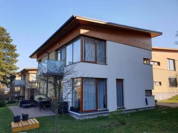boční pohled na dům - Prodej bytu 4+kk v osobním vlastnictví 105 m², Mladá Boleslav