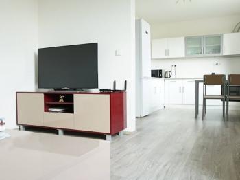 Přechod z obývacího pokoje do kuchyně - Prodej bytu 2+1 v osobním vlastnictví 52 m², Nehvizdy