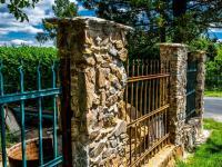 kamenný plot - Prodej domu v osobním vlastnictví 179 m², Tři Sekery